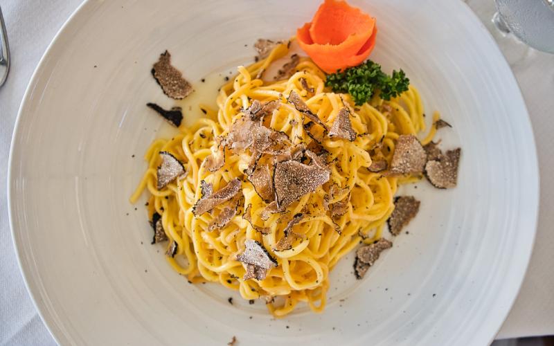 Assaggia un piatto di pasta fresca fatta in casa con il tartufo nero per scoprire l'enogastronomia umbra
